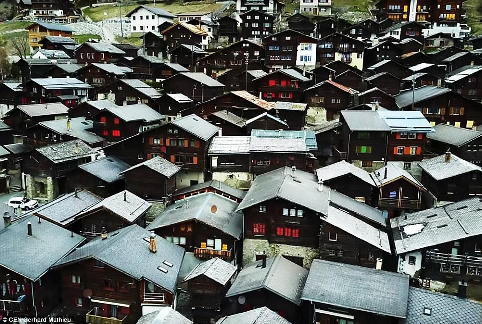 Щвейцарская деревня приглашает на постоянное место жительства желающих и платит за это... $70 000! | 2