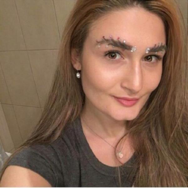 Новый новогодний тренд в современной моде — брови-ёлки! | 14
