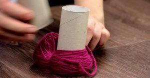 Что можно сделать при помощи рулонов от туалетной бумаги из ненужной пряжи