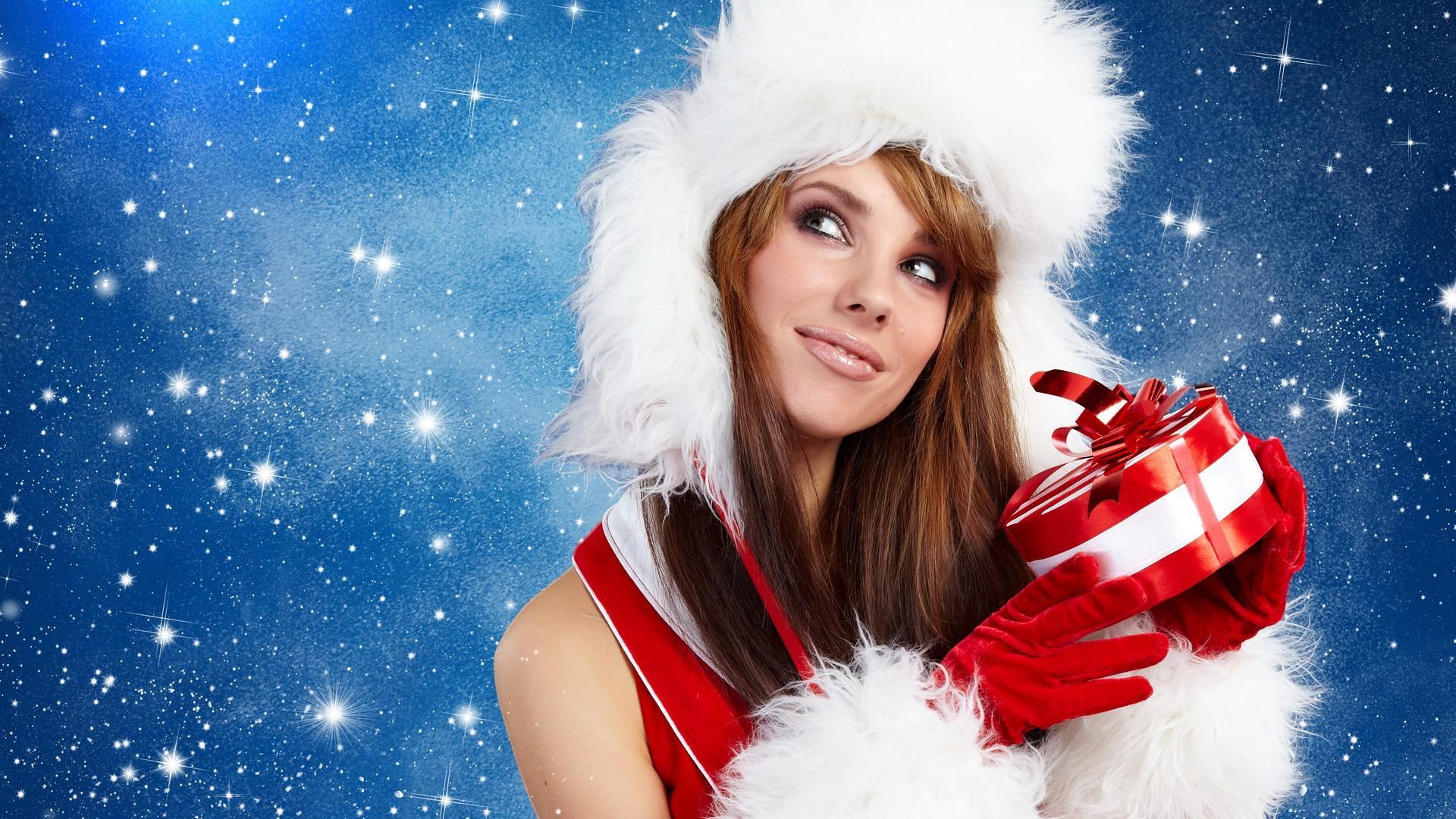 Девушка с елкой и подарком онлайн