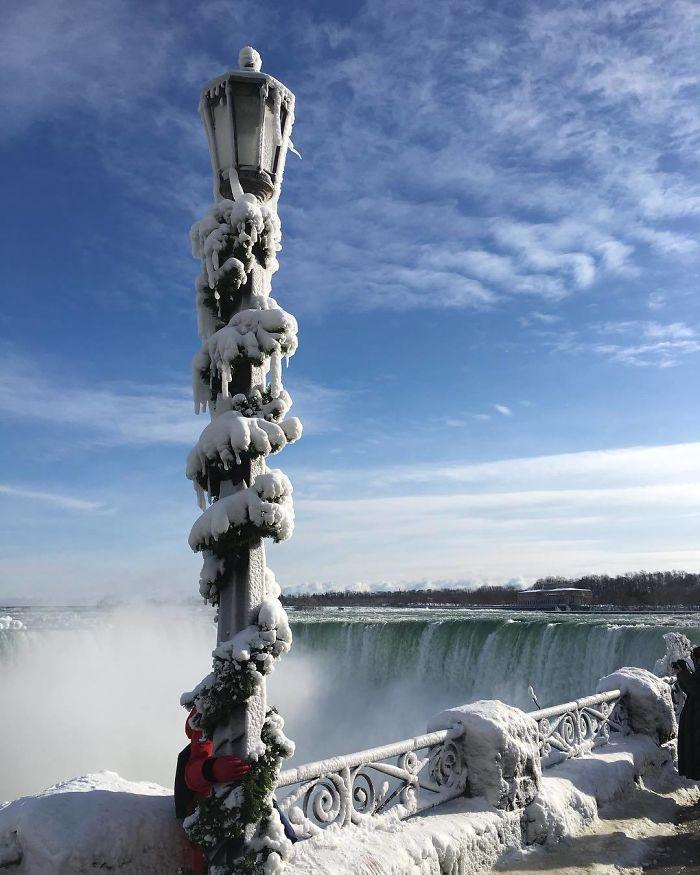 Замерзший Ниагарский водопад напоминает Нарнию — это просто волшебно!
