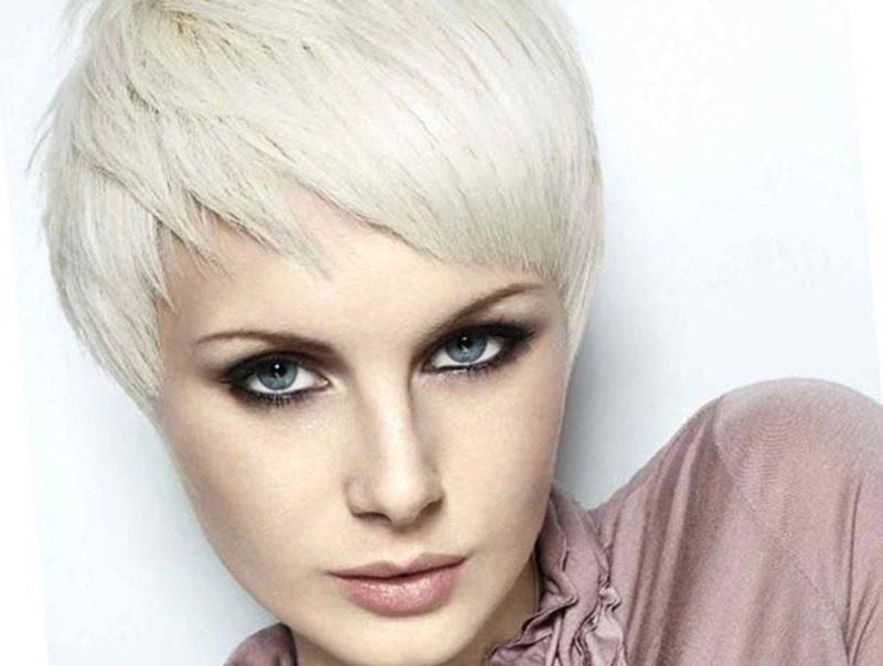 Девушка блондинка с рваной челкой