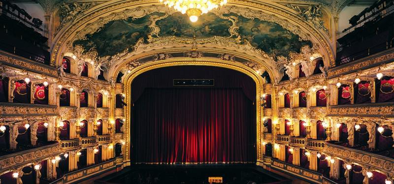 Билет в театр — лучший подарок